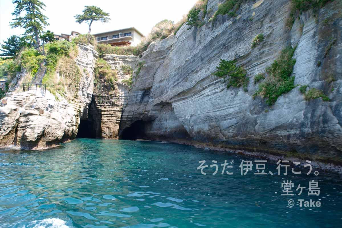 崖に造られた海触洞
