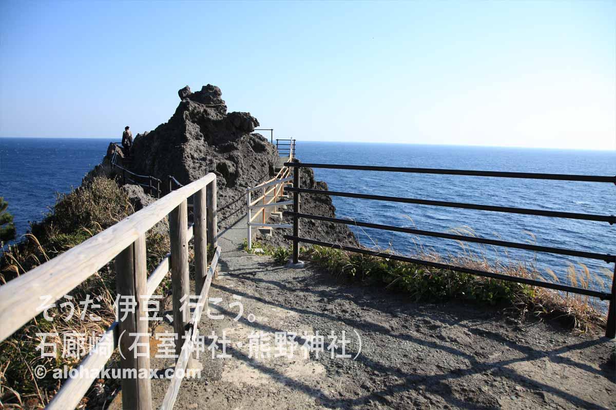 海に伸びる岩場