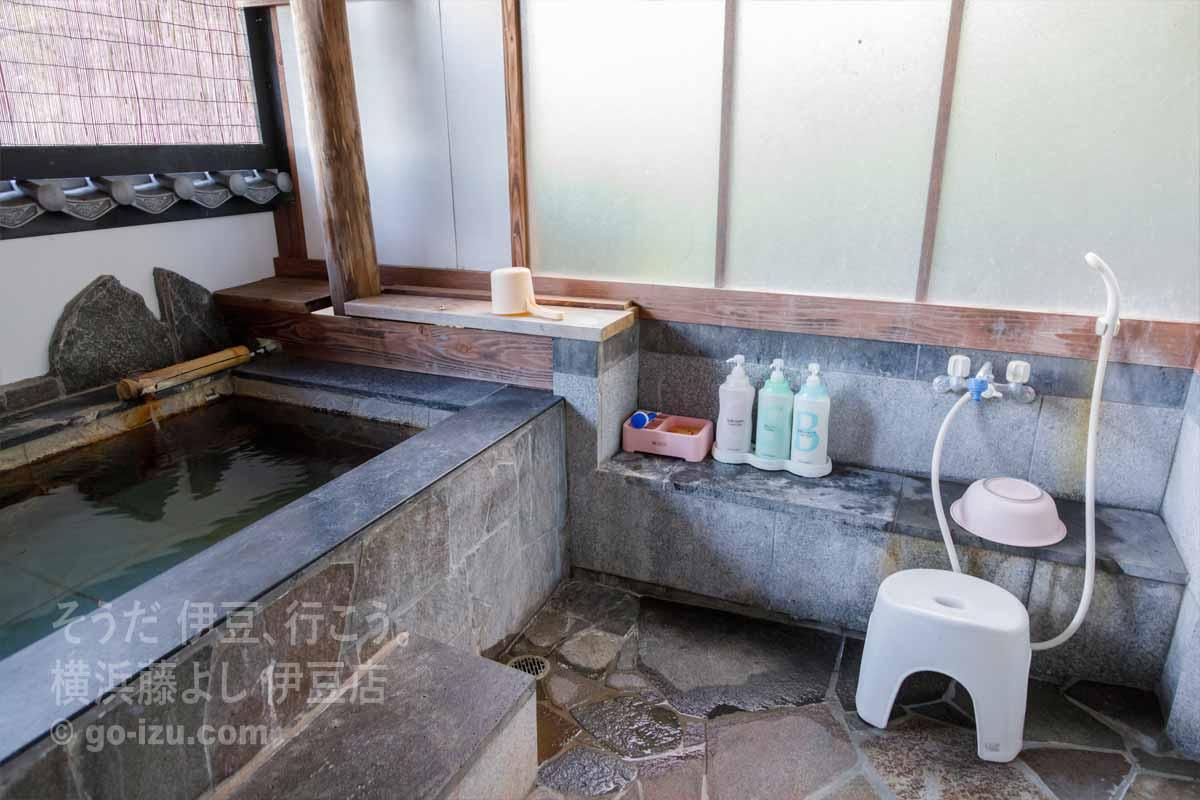 洗い場と小さな湯船
