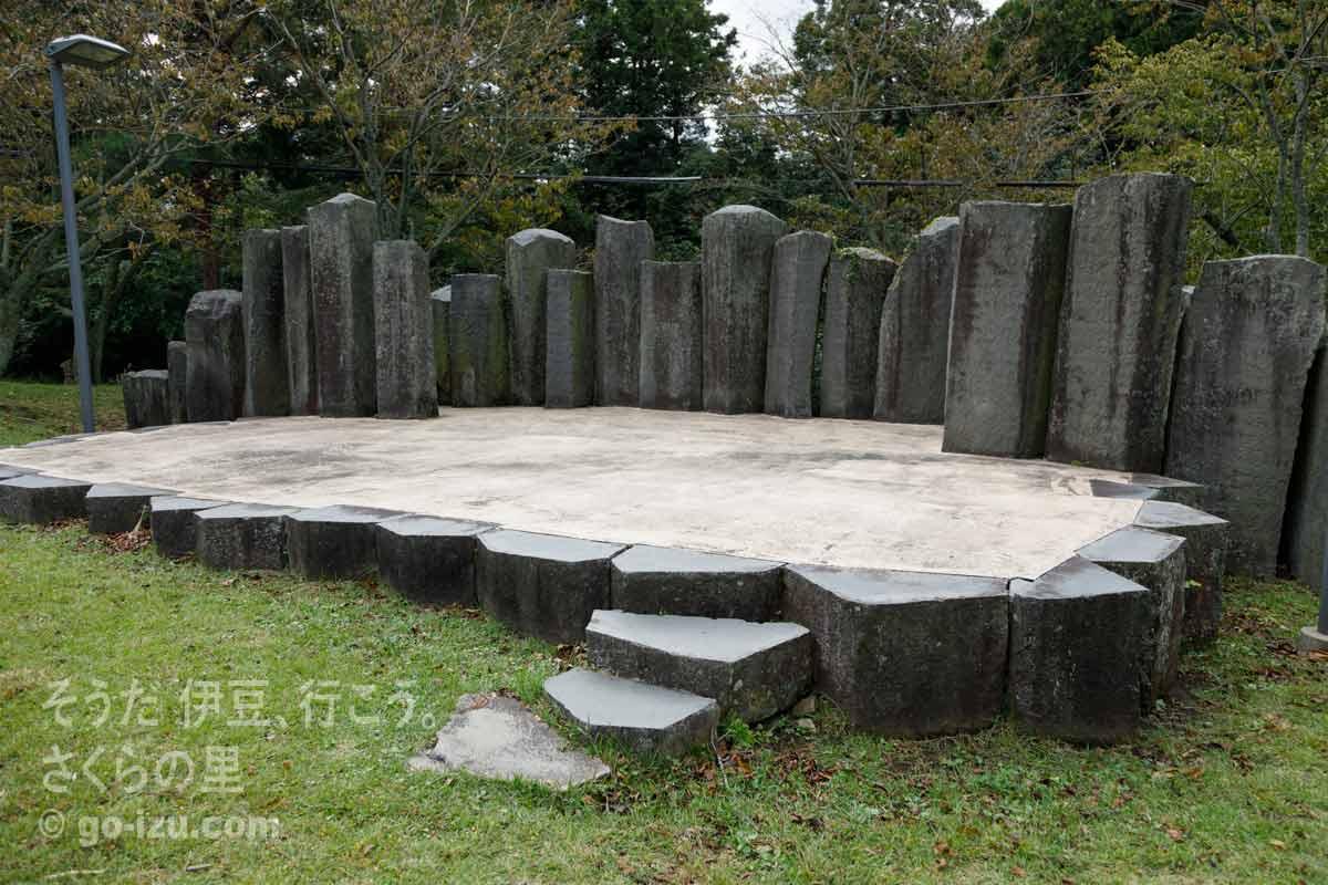 石のステージ